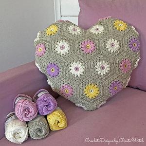 Materialkit till hjärtformad blommig kudde (9 nystan o innerkudde)