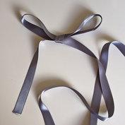 Satinband 15 mm, mörkgrått, 150 cm långt