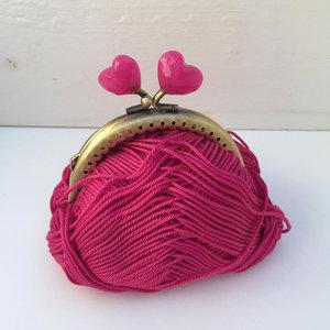 Portmonnäknäppe med knalligt rosa hjärtan