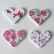 Träknappar - hjärtformade med rosor