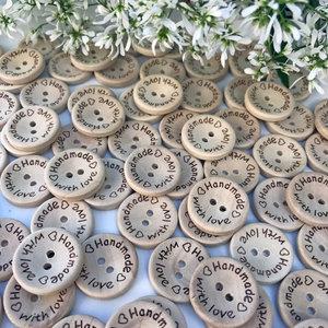 Träknappar - runda med texten Handmade with love
