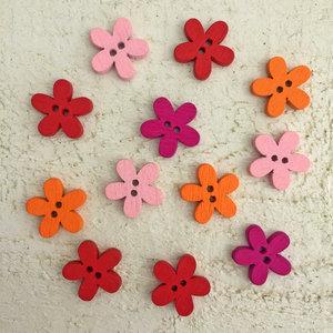 Träknappar - blommor i rött/rosa